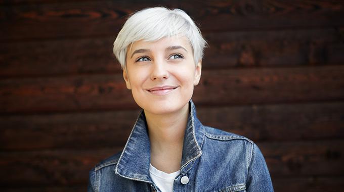 Siwe włosy - sposoby nasiwe włosy