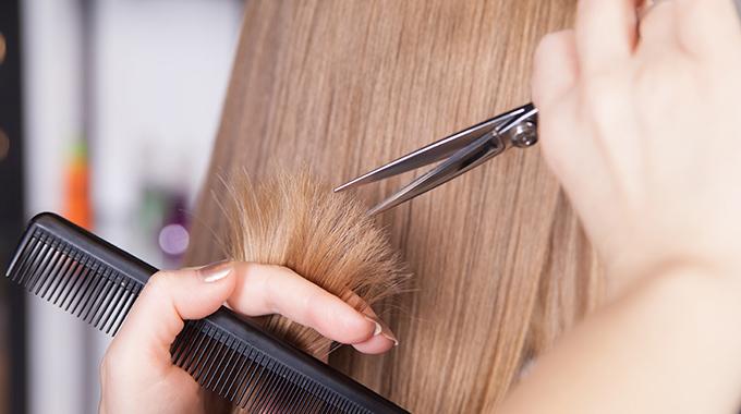 Obcinanie zniszczonych końcówek włosów