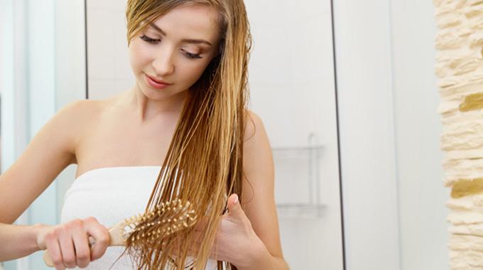 czesanie mokrych włosów