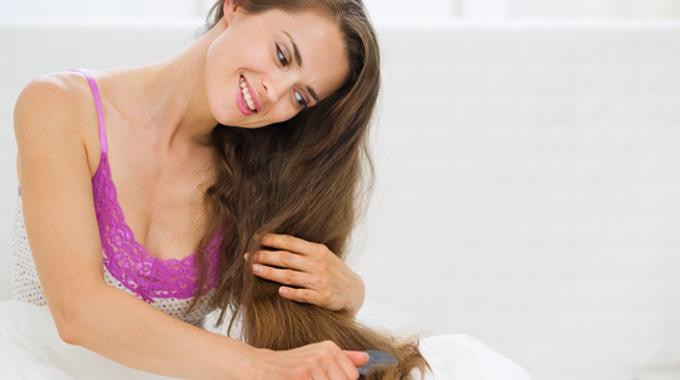 czesanie suchych włosów