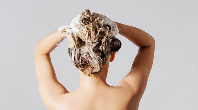 Przetłuszczające się włosy mycie