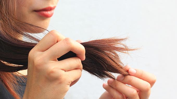 wypadające włosy rozdwojone końcówki