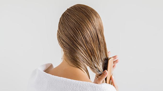 Aplikacja odżywki nawłosy