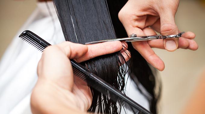 Obcinanie włosów namokro